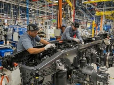 Volvo contrata 250 funcionários, abre segundo turno em caminhões e exporta mais ônibus